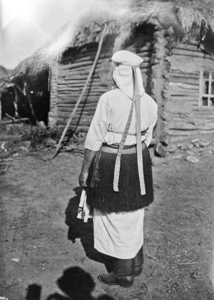 Мордвинка в национальном костюме (вид сзади)