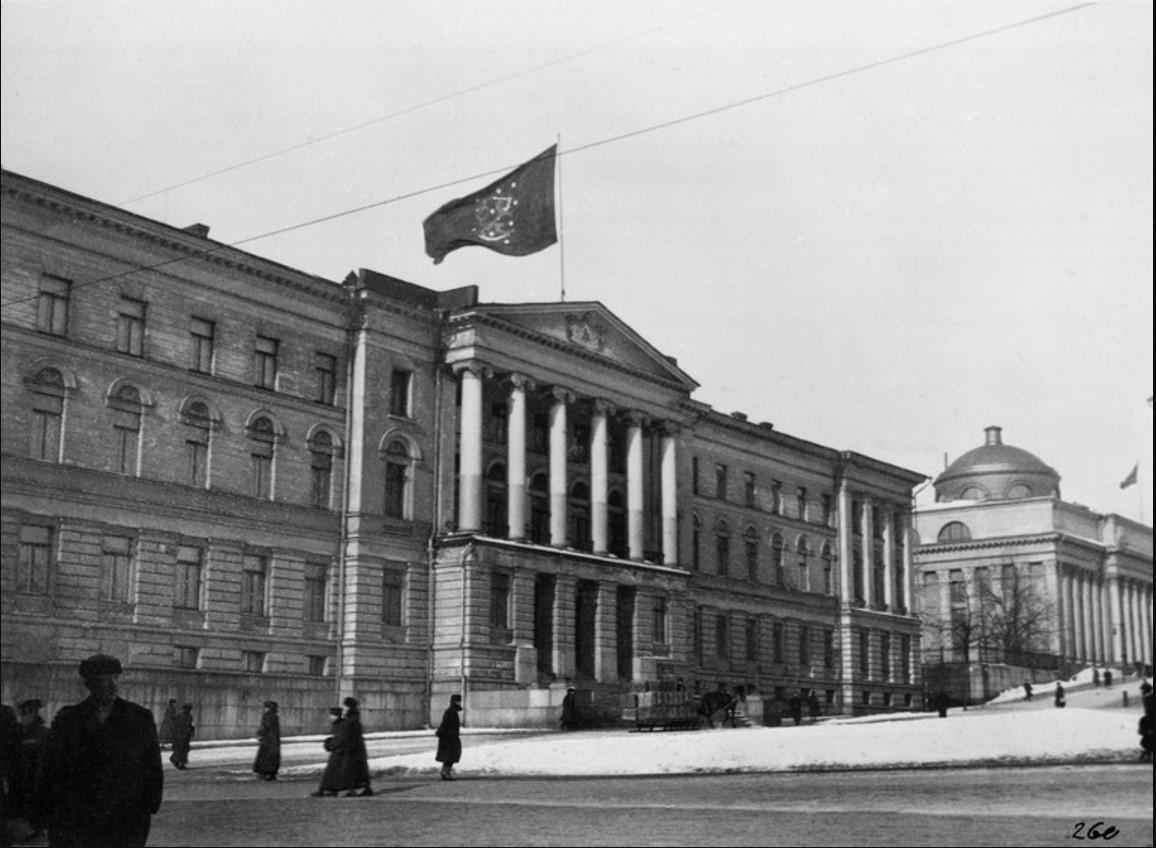 Финский флаг на крыше главного здания университета. 21.03.1917