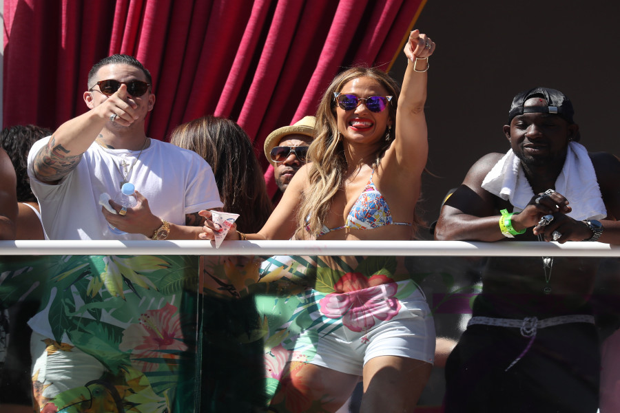 Jennifer Lopez Hosts at Drais Beach Club 290516 02