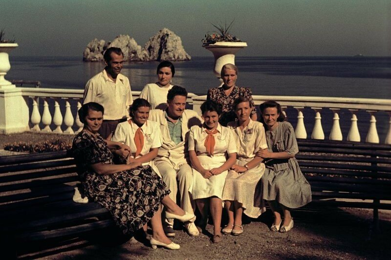 1952 Назым Хикмет с сотрудниками «Артека». Владислав Микоша2.jpg