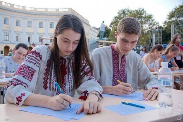 В Одессе провели публичный массовый диктант из украинского языка (фото)