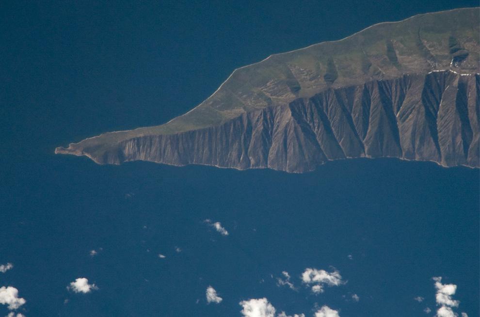13) Полуостров Святой Нос на озере Байкал. (NASA/JSC)