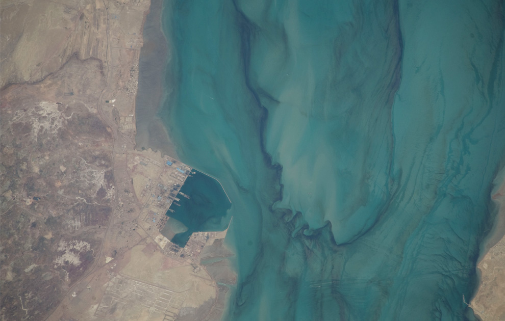 19) Порт недалеко от Бандар-Аббас, Иран. (NASA/JSC)