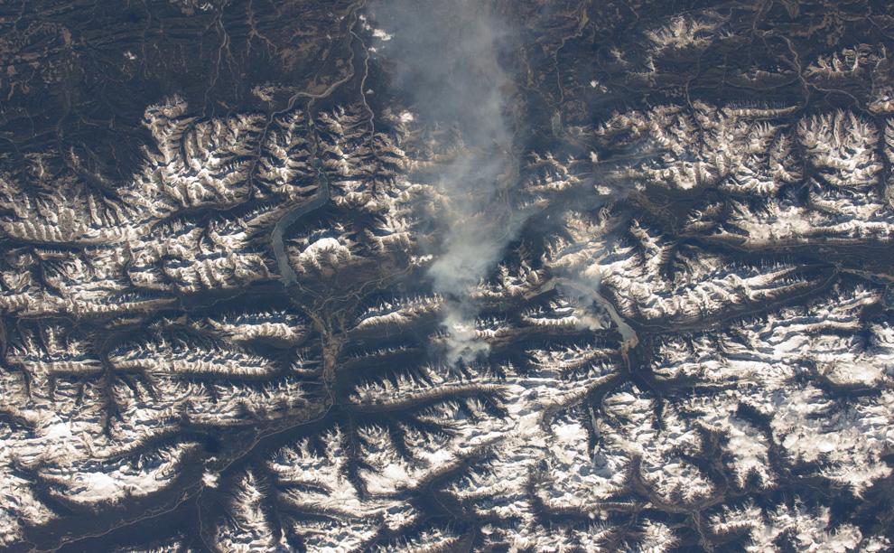 27) Дым несет ветром на восток от горного склона в Скалистых горах в Канаде. (NASA/JSC)