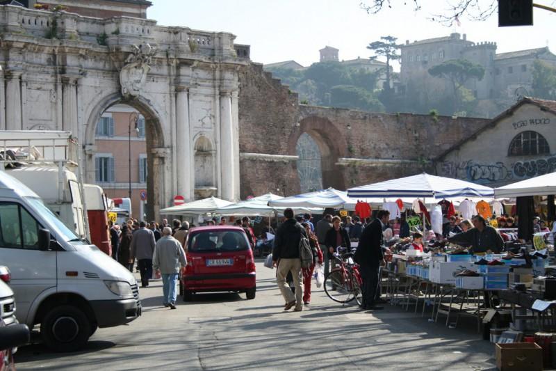 Блошиный рынок у Порта Портезе Больше нигде в Риме вы не найдете такой блошиный рынок, как у Порта П