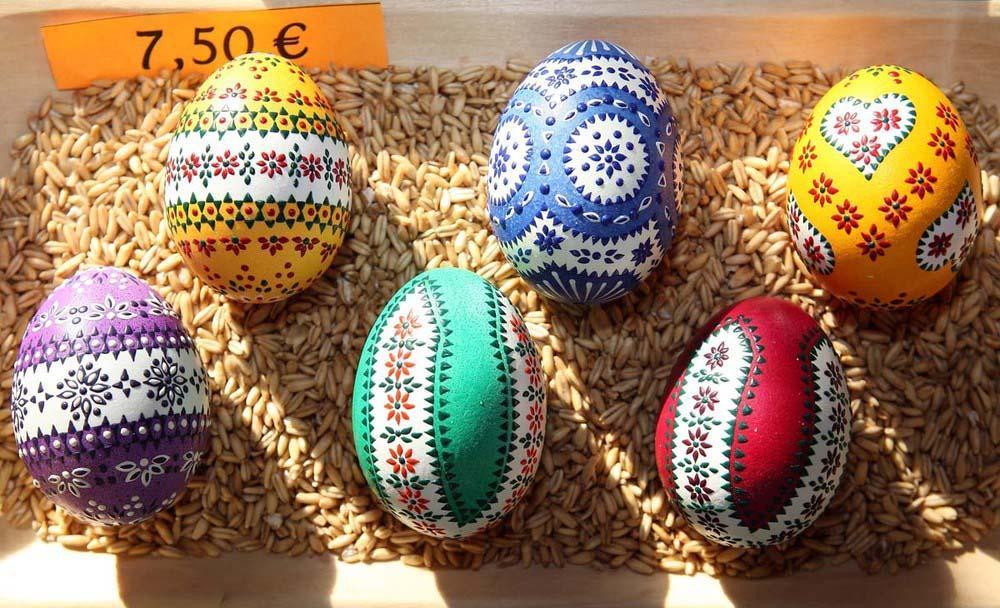 6. Красивые пасхальные яйца выставлены на продажу. (Photo by Adam Berry)