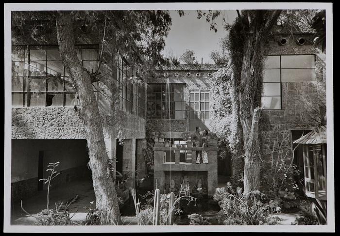 7. Фрида и Диего возле дома, где они жили и работали. 8. Слева: Фрида со своей картиной, 1943 год. С