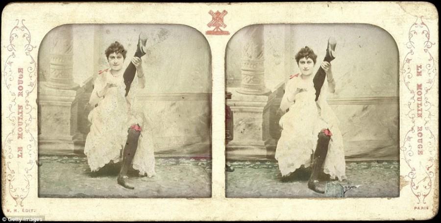 13. В 1890 году танцовщица Блюэтт демонстрирует свой костюм для канкана: юбку и чулки.