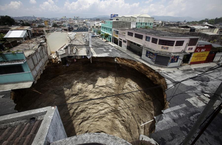 9. В результате тропического шторма «Агата», в Гватемале 1 июля 2010 года образовалась огромная воро