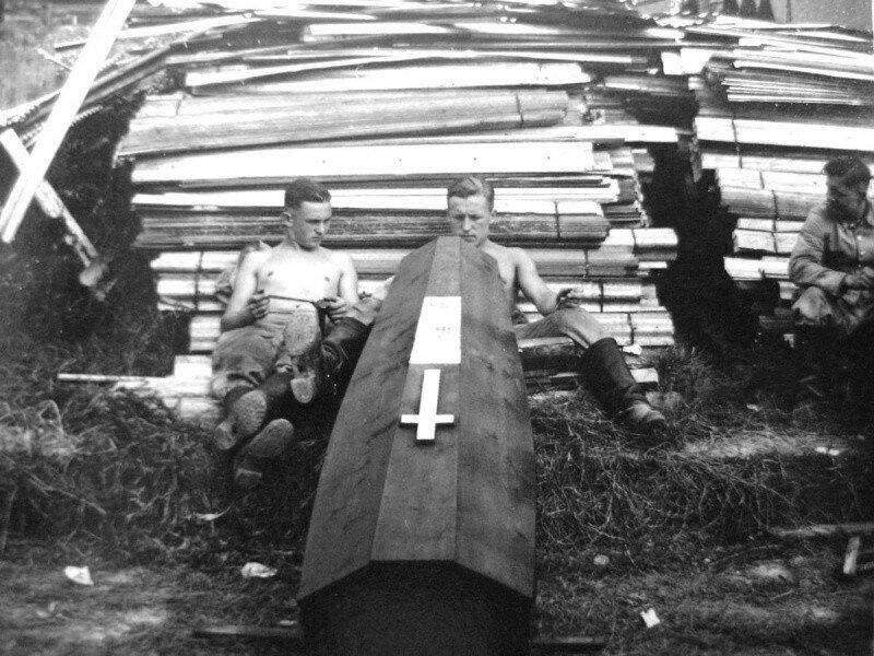 Немецкие солдаты из похоронной команды возле изгот. гроба.jpg