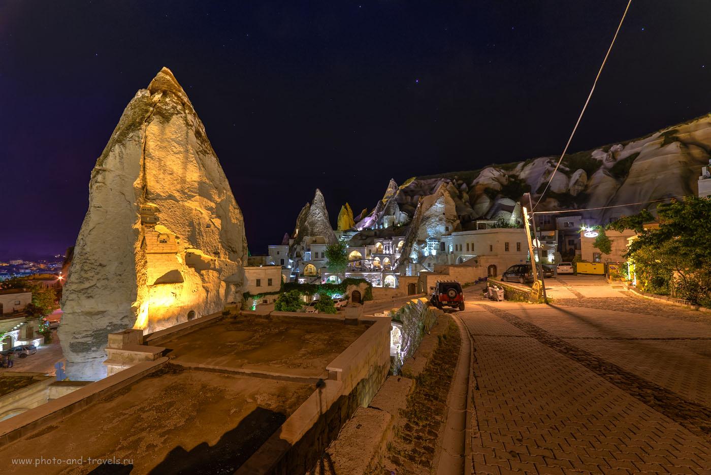 Фото 21. Где остановиться в Каппадокии? В деревне Гёреме могу посоветовать отель Melek Cave Hotel, что находится у основания горы со смотровой площадкой. Белый Peugeot 301 справа – у ворот нашей гостиницы. Поездка в Турцию дикарями. HDR, ФР=14 мм.
