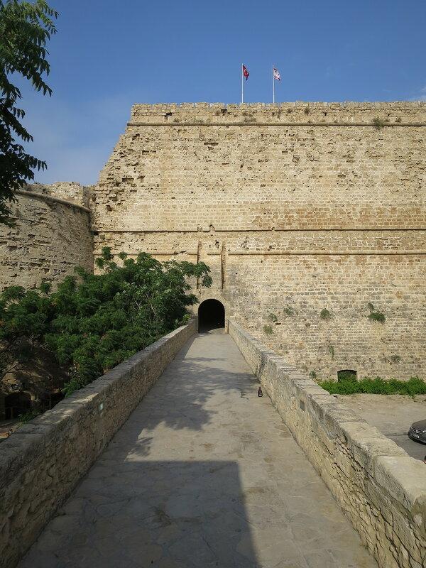 Кирения. Вход в крепость (1) через мост