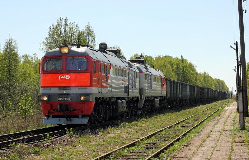 2М62У-0085 с грузовым поездом на станции Рождествено следует на Ржев