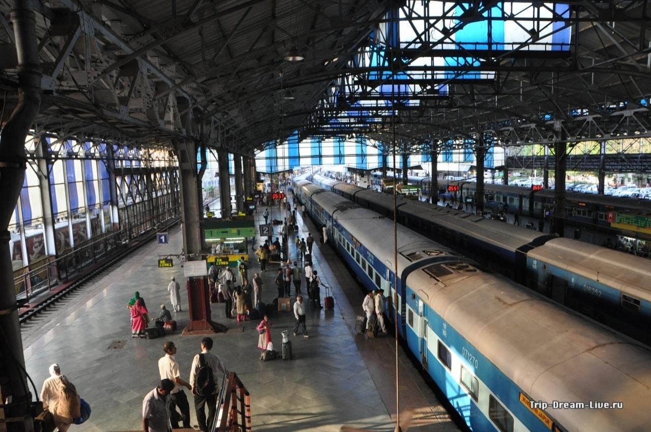 Поезда на вокзале в Мумбаии
