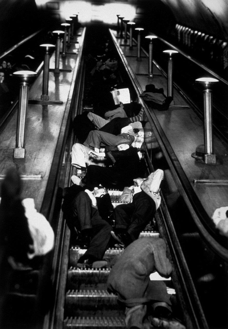1940. Люди спят на эскалаторах на станции метро «Пикадилли» во время воздушного налета