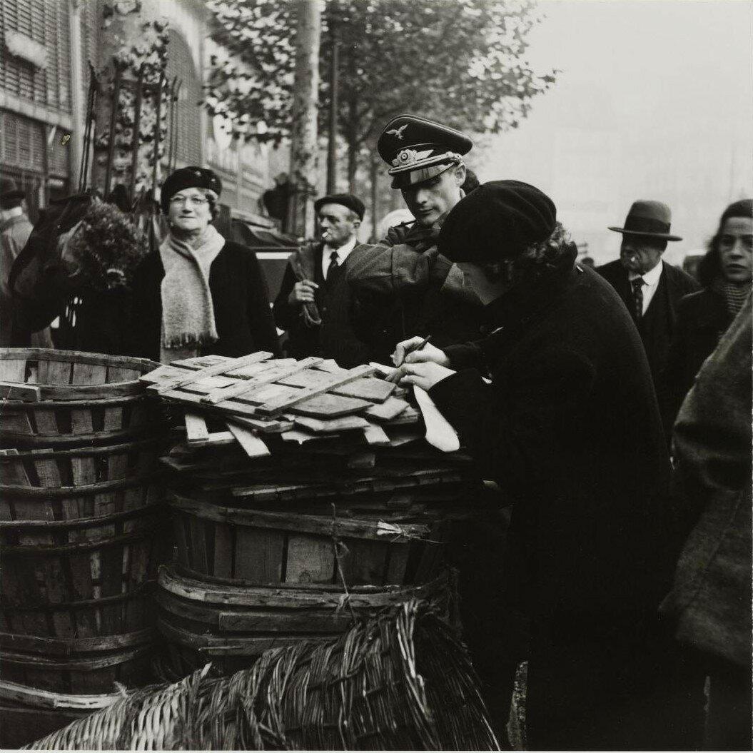 Немецкий летчик делает покупки в Ле-Аль