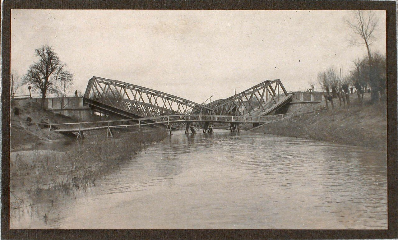 09. Вид взорванного моста через реку Виар; на переднем плане - сооруженный временный мост