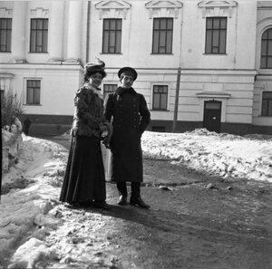 1900-е. Густя и Леня во дворе Университета