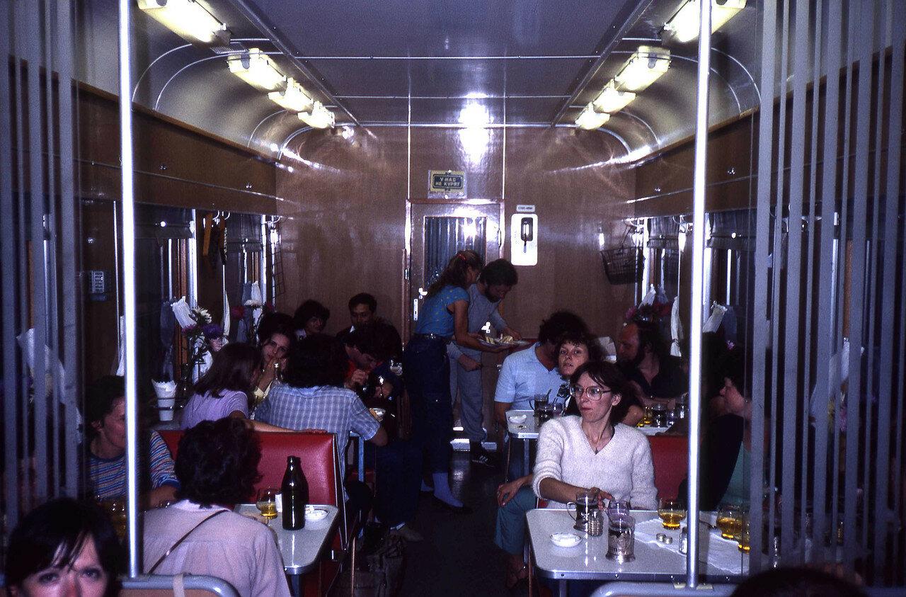 Группа французов в вагоне-ресторане фирменного поезда «Байкал» Иркутск - Москва