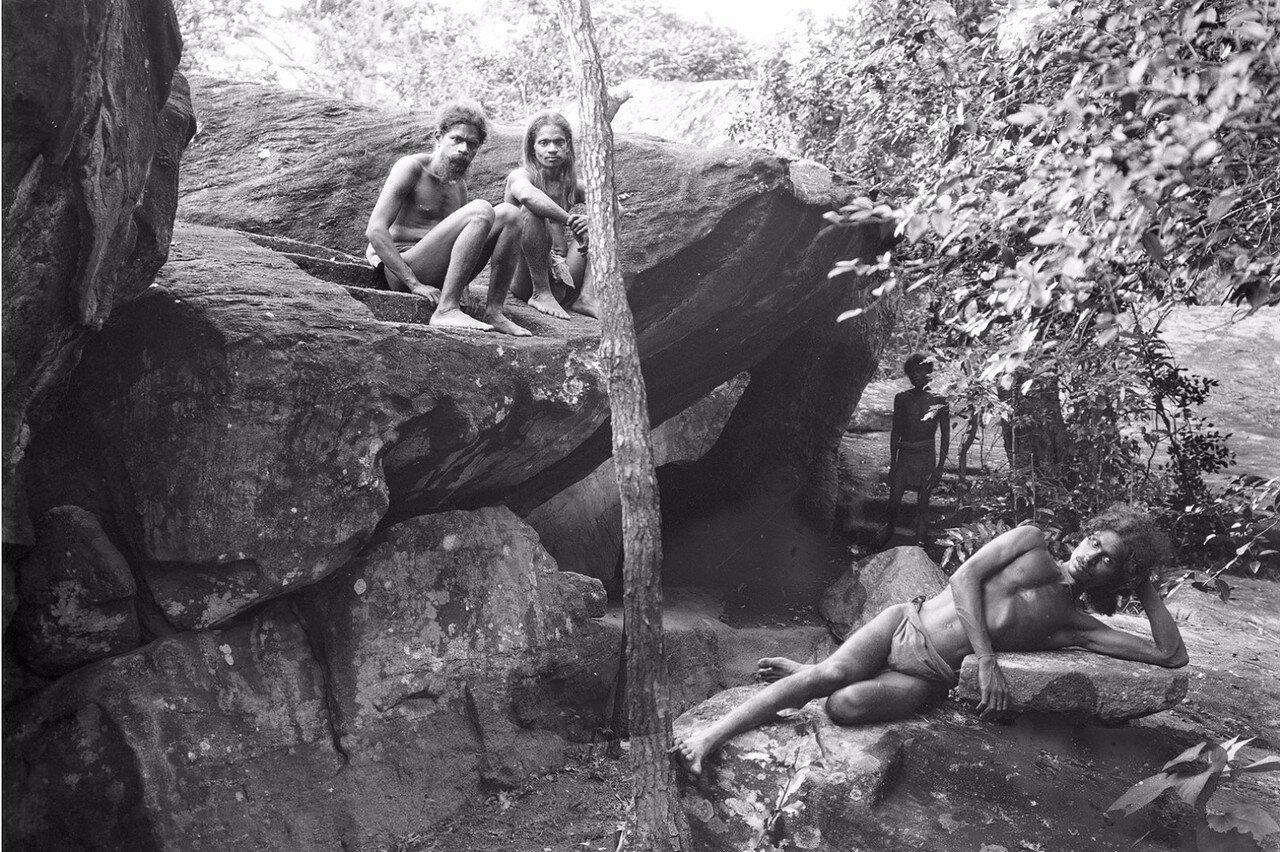 122. Ведды у пещеры Бендиягалге к югу от Хенебедде