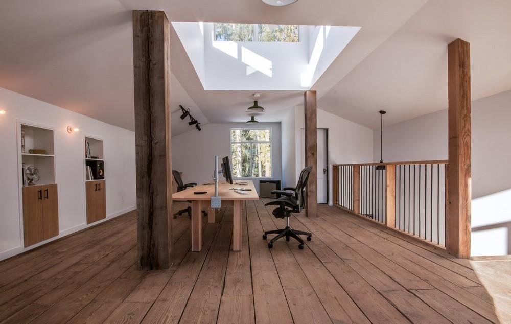 Парень превратил старый сарай в классный офис-студию