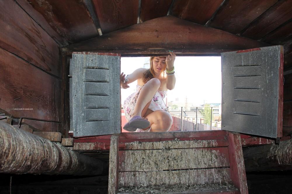 Девушка разделась на крыше в Санкт-Петербурге