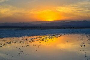 закат на соляневом озере Карум