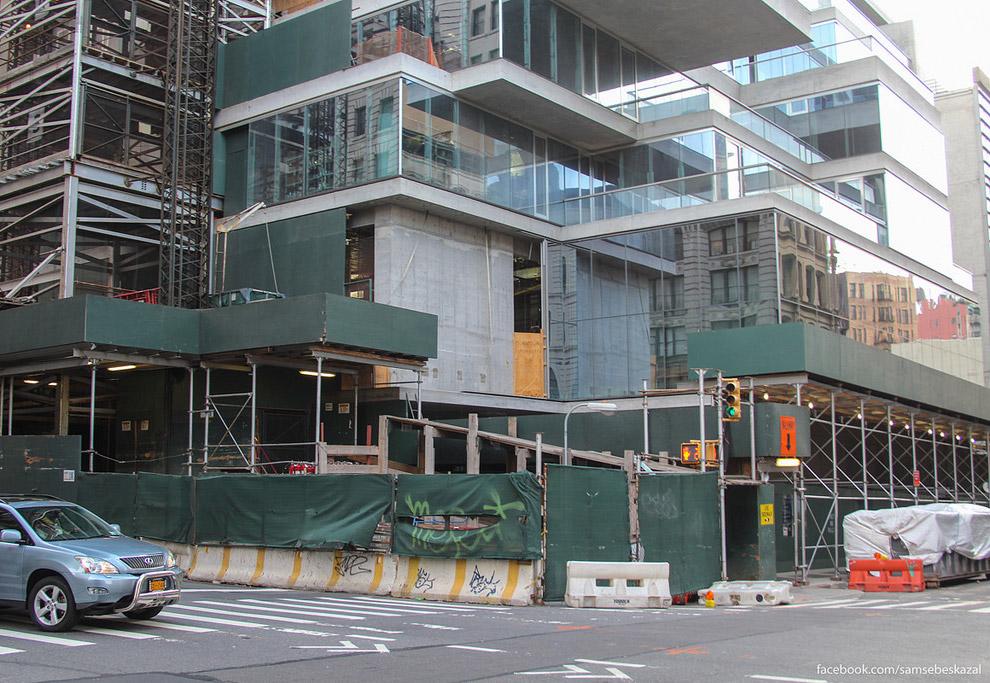 8. На фоне старых манхэттенских зданий, «56 Леонард-стрит» выглядит, как инопланетный объект, и