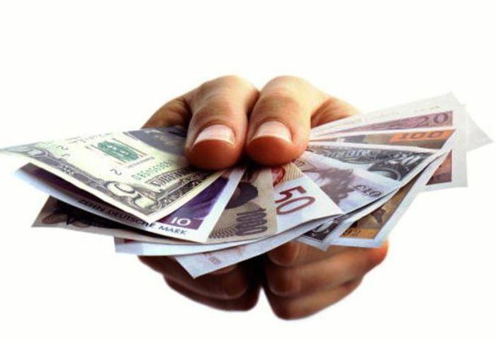 Богатые люди используют их, чтобы заработать деньги (в виде процентов). Бедные люди пользуются з