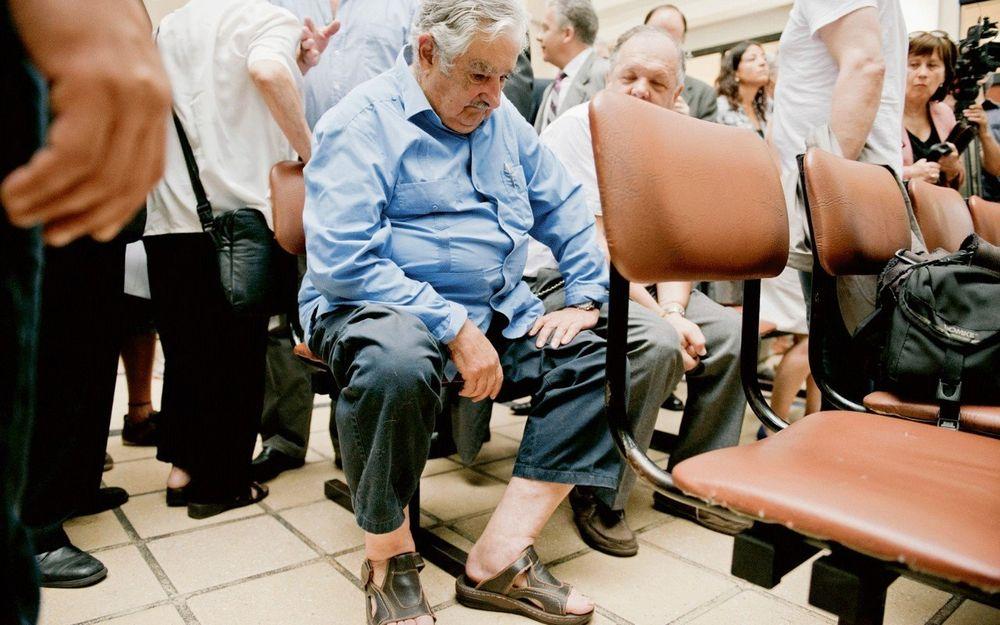 3. Сеньор Мухика сидит в очереди в поликлинике.