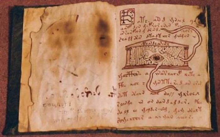 Оккультная книга De vermis mysteriis.  Есть мнение, что «Некрономиконом» вполне могла быть к