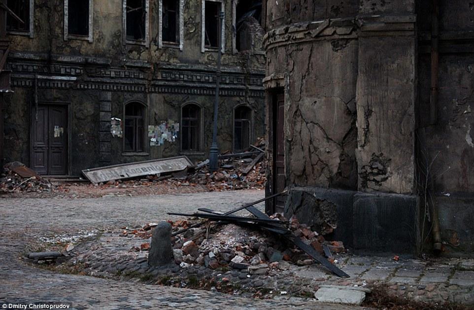Город-призрак, который вы видите на этих снимках, на самом деле ни что иное, как декорации, призванн