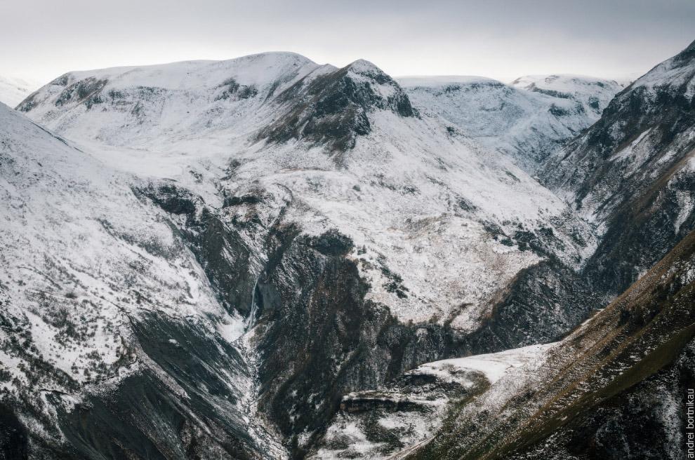 11. Горы Шели (2916 м) и Микет (2522 м).