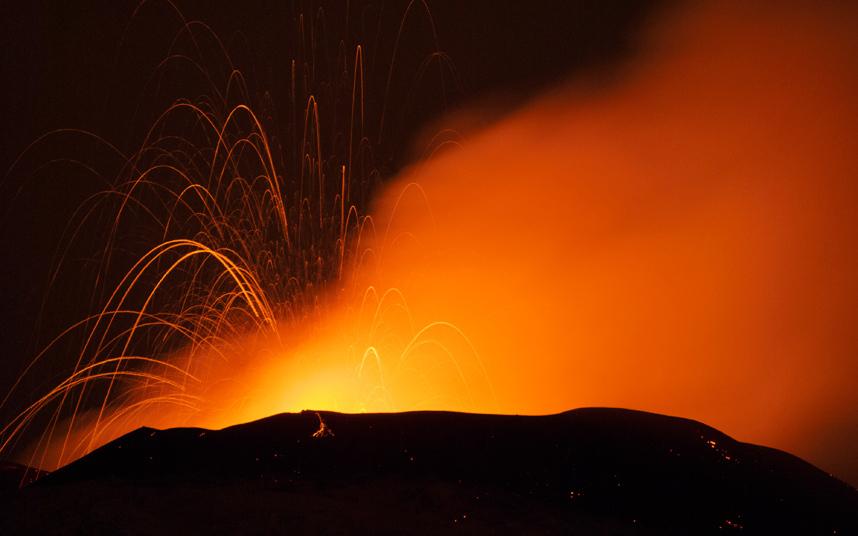 Вулкан выбросил в воздух столб пепла и дыма высотой 7 километров.
