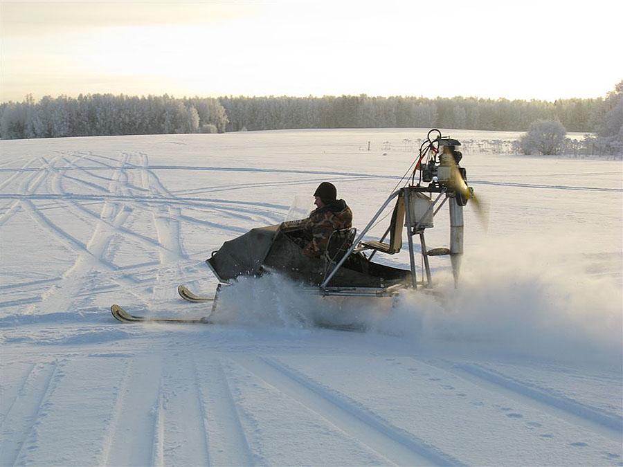 По глубокому ровному снегу аэросани буквально летят.