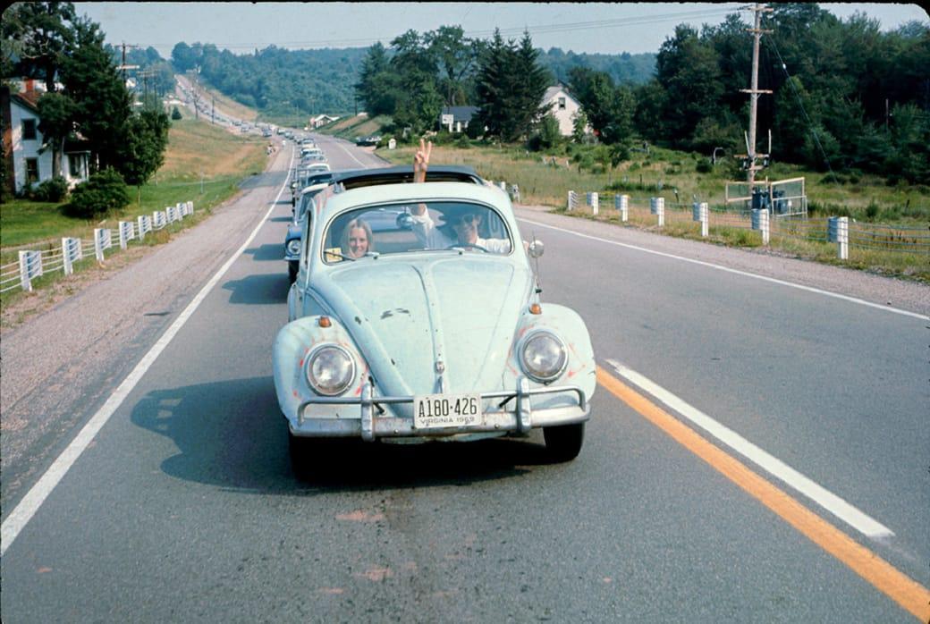 Пара едет на Вудсток на машине Volkswagen Beetle, 1969 год. Фото: Ralph Ackerman / Getty Images.