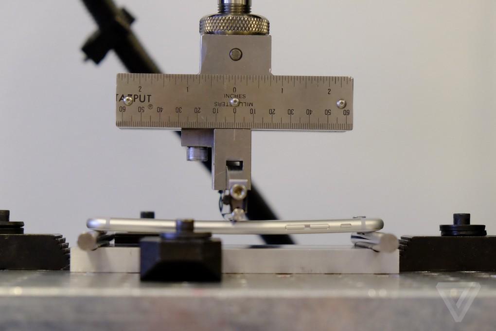 9. Рядом с тестирующим аппаратом находится набор грузил, но Риккио утверждает, что это не полный вес