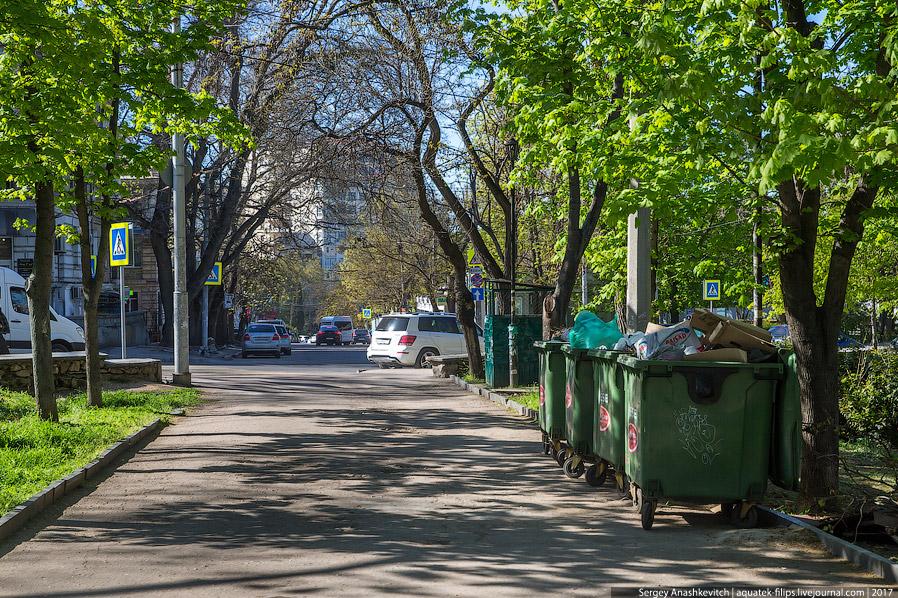 12. Сам парк — любимое место для родителей с детьми. Сейчас здесь еще не зелено, но все равно к