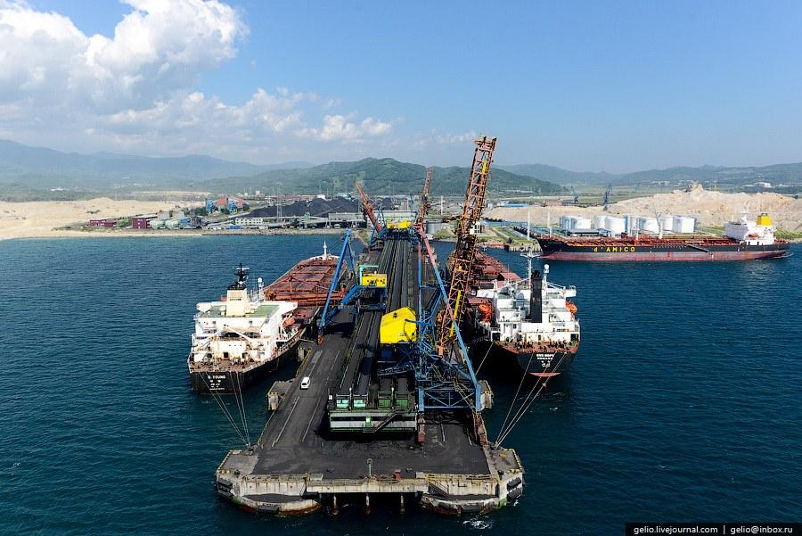 На причалах имеются 4 судопогрузочные машины с производительсностью до 3 500 тонн в час.