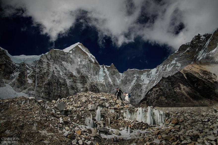 Долго целоваться запрещается: влюбленные поженились, поднявшись на Эверест