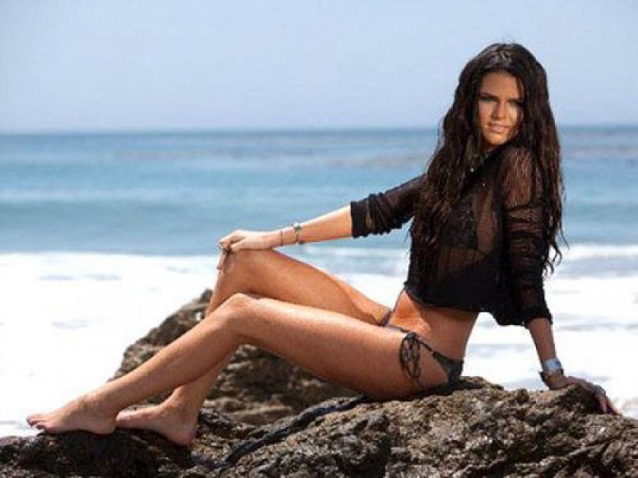 Кендалл Дженнер Сводная сестра звезды реалити-шоу Ким Кардашьян снялась в скандальной фотосессии в 1