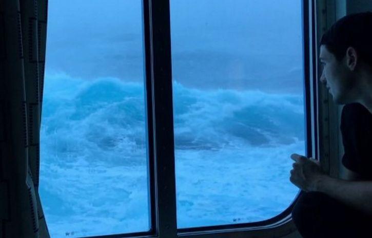 Пассажиры круизного лайнера сняли удары немалых  волн— Девятый вал