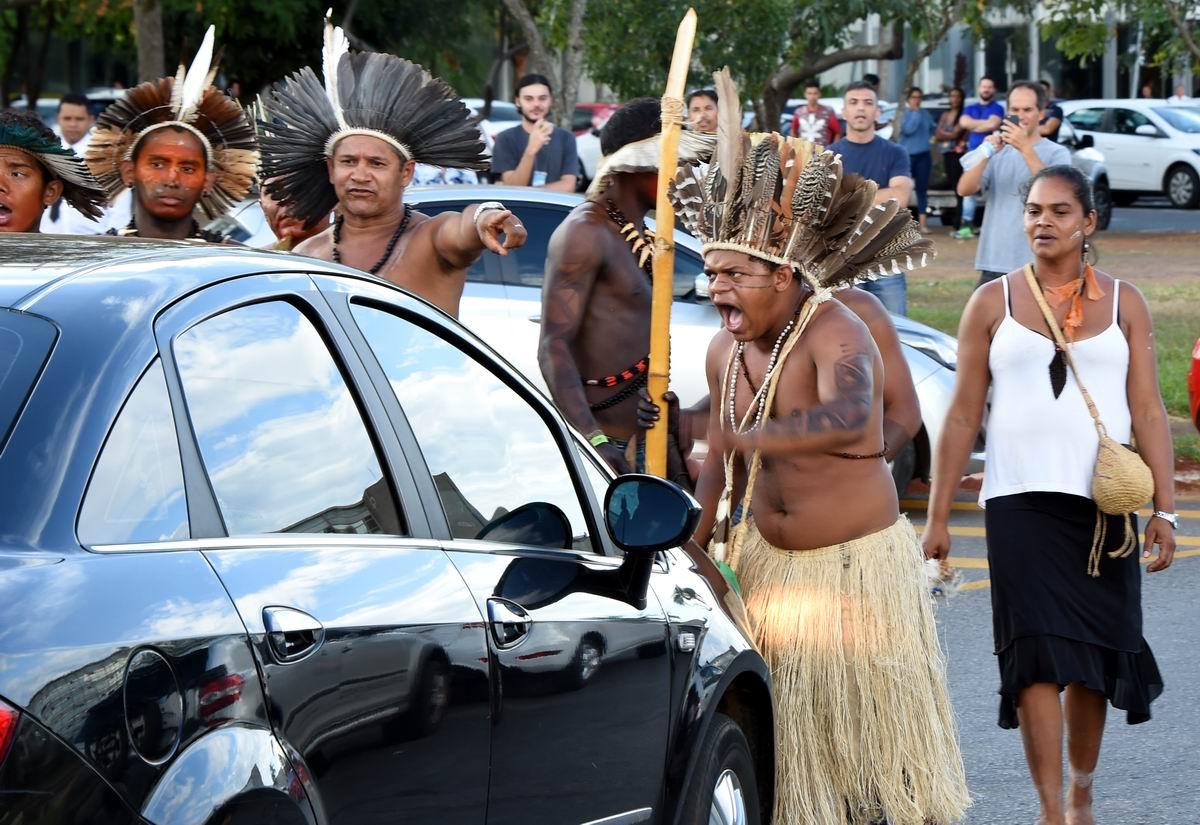 Пасть порву и моргала выколю: Свирепый бразильский индеец против автомобилиста