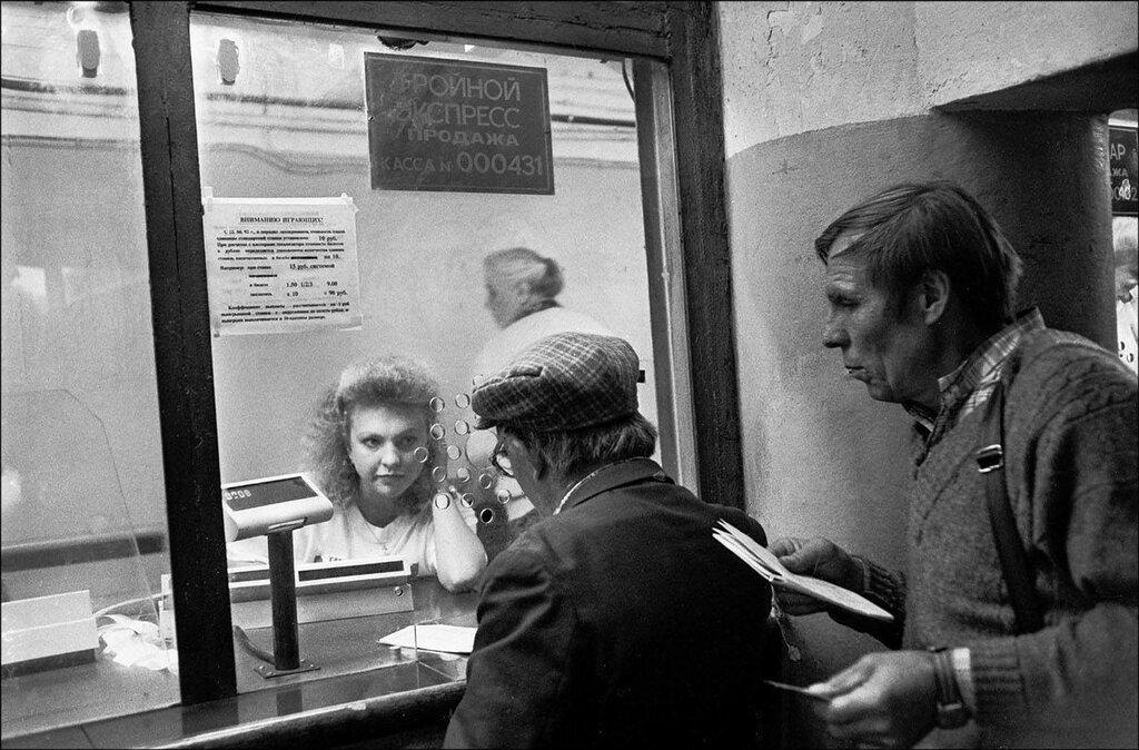 Прием ставок на ипподроме. Москва, 1990 год. Фото © Игорь Стомахин.jpg