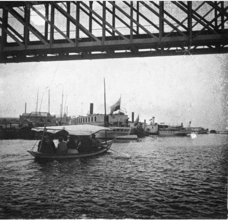Лодка под мостом