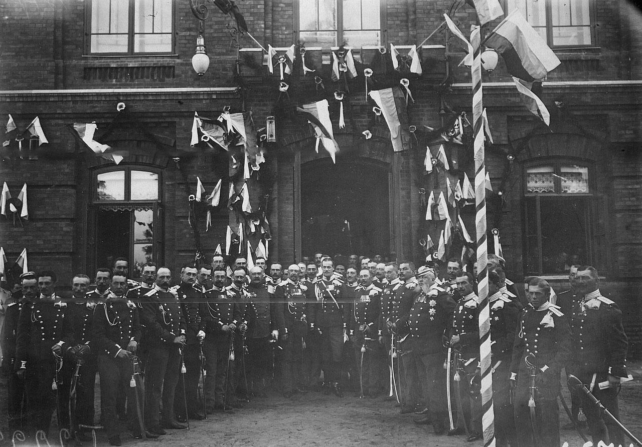 Офицеры Уланского полка с великим князем Михаилом Александровичем (в центре) в день празднования 250-летнего юбилея полка