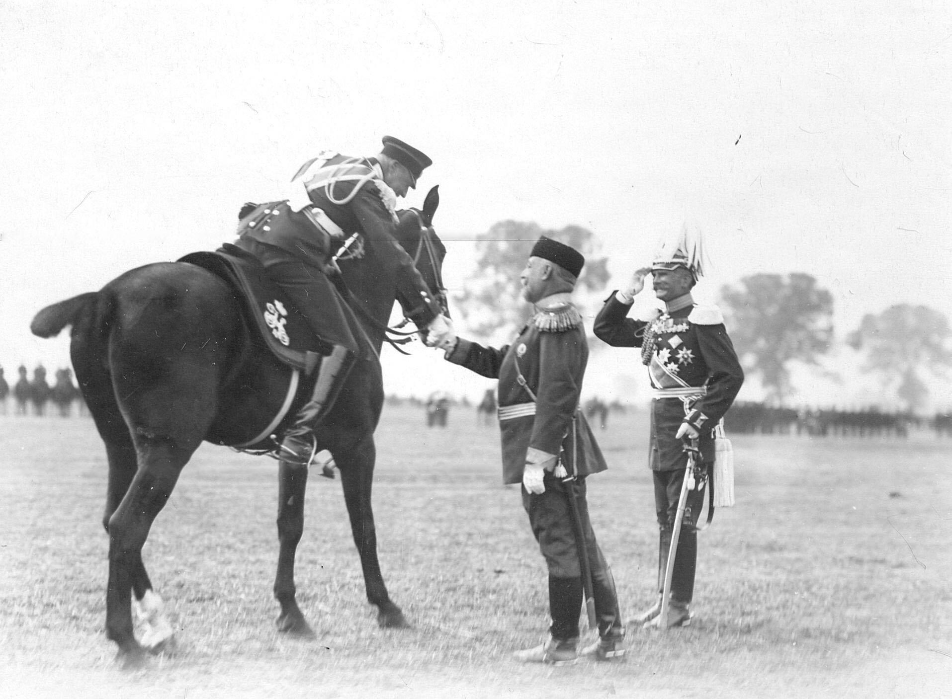 Командир полка генерал-майор Л.Н.фон Баумгартен встречает гостей, приехавших на  празднование 250-летнего юбилея полка