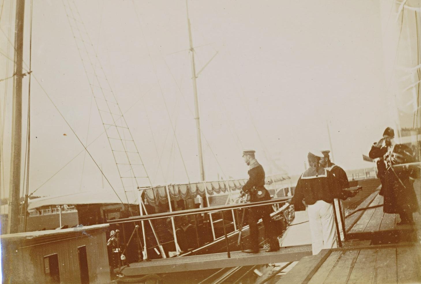 Император Николай II сходит с Петергофского дебаркадера на яхту «Александрия»