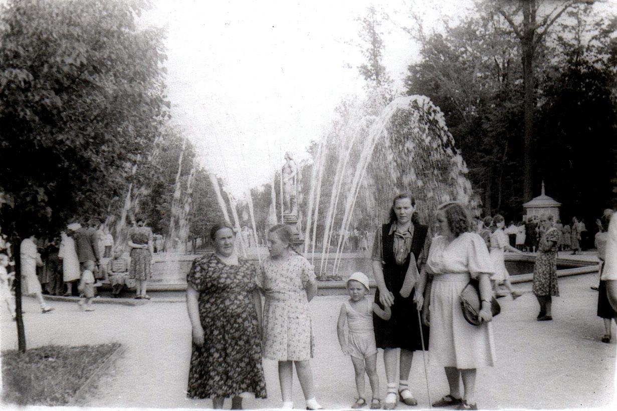1953. У фонтана «Адам»