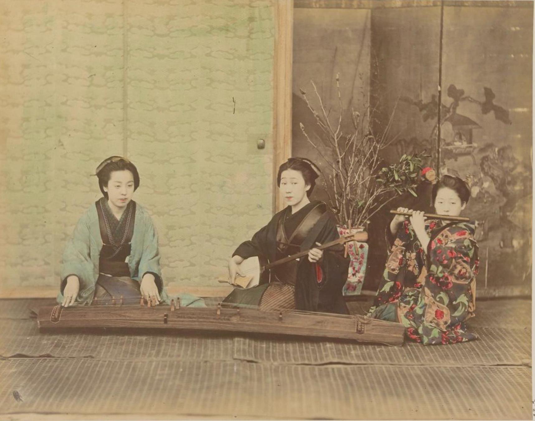 Женщины играют на кото, семисене и флейте